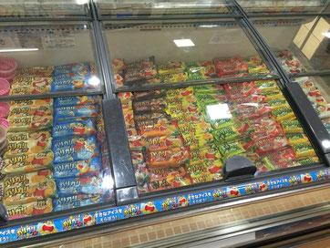 スーパー内のアイス売り場に陳列された種類豊富なガリガリ君