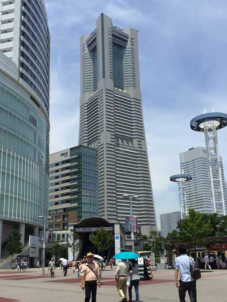 桜木町駅前から見える横浜ランドマークタワー