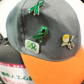 ピンバッジのついた帽子