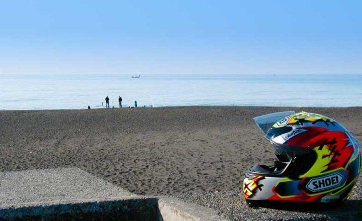 浜辺とバイクのヘルメット