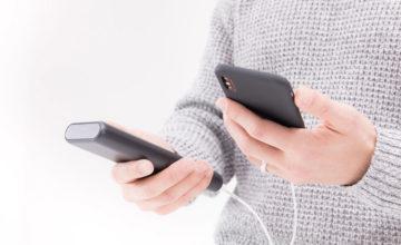 モバイルバッテリーとスマートフォン