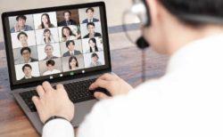 オンラインミーティングをする男性